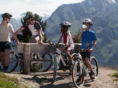 Bild von Biker und Wanderer